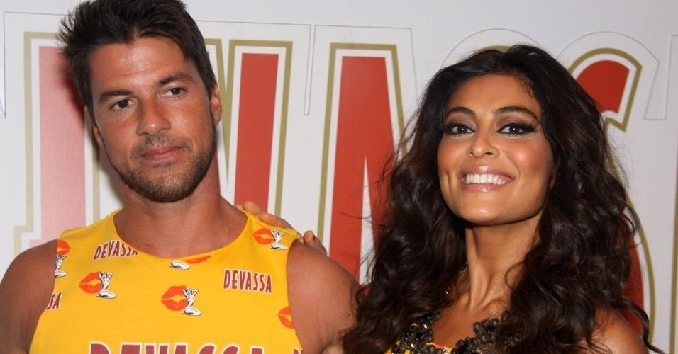 Juliana Paes e o marido, Carlos Eduardo Baptista, curtem Carnaval no camarote Devassa (19/2/12)