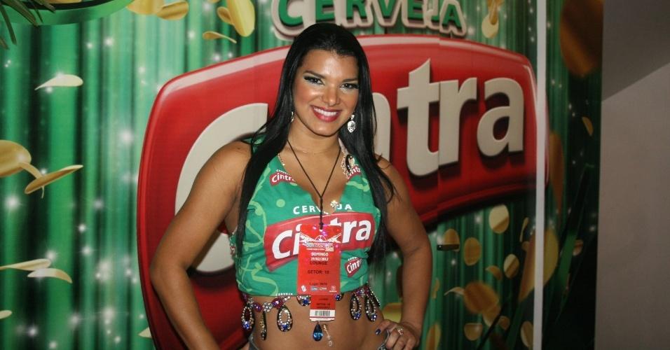 Juliane Almeida sorri no camarote da Cerveja Cintra na madrugada desta segunda (20/2/12)