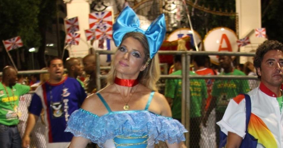 Letícia Spiller posa para foto na concentração do desfile da União da Ilha do Governador (20/2/12)