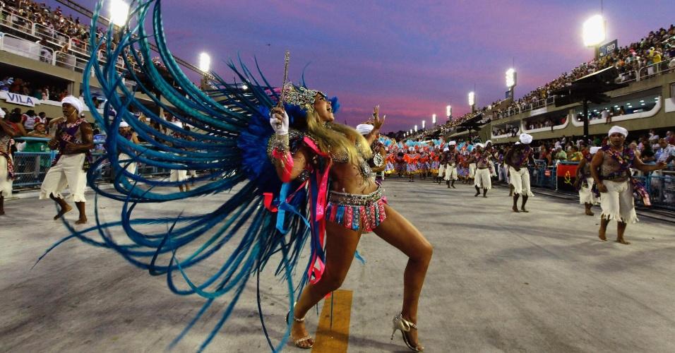 Musa da Vila Isabel desfila, enquanto o dia amanhace, na segunda-feira de Carnaval, no Rio de Janeiro (20/2/12)