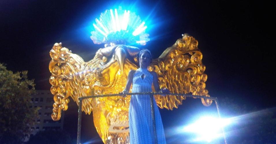 No alto do abre-alas da Portela, Marisa Monte aguarda, ansiosa, a chegada de Paulinho da Viola, seu companheiro de desfile (19/2/12)