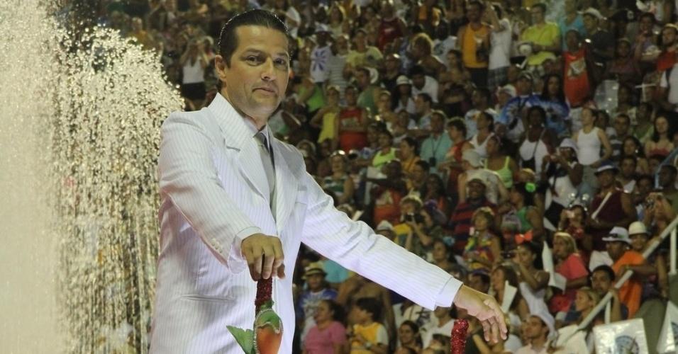 O ator Marcelo Serrado desfila em carro que homenageia o criador do iogurte (20/2/12)
