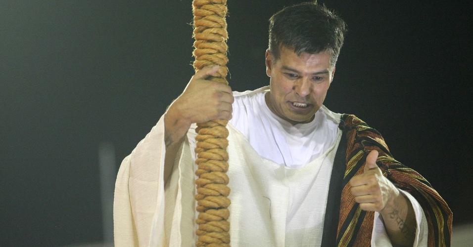 O ator Maurício Mattar representa o profeta Moisés em desfile da Porto da Pedra (20/2/12)