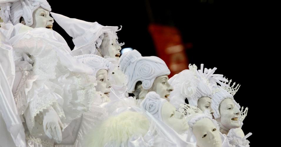 Os saltimbancos da comissão de frente da São Clemente em desfile na Marquês de Sapucaí, no Rio (20/2/12)