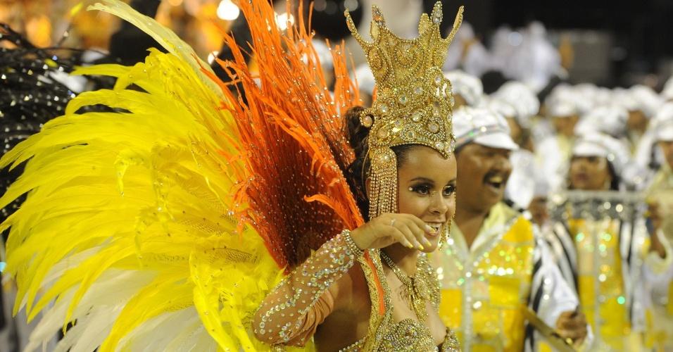 Passista da São Clemente samba em desfile na Marquês de Sapucaí, no Rio (20/2/12)