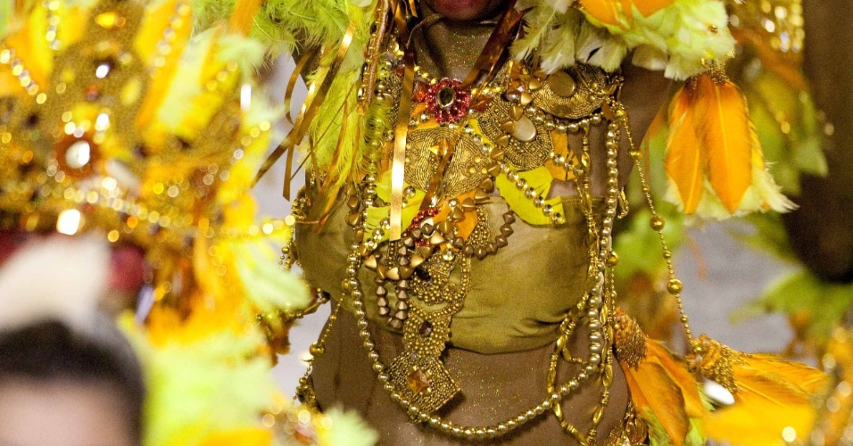 Passista desfila pela Beija-Flor, que homenageia São Luis do Maranhão na Sapucaí (20/2/2012)