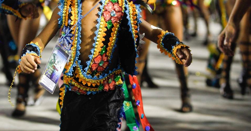 Passista mirim dança no desfile da Beija-Flor de Nilópolis, que homenageia São Luis do Maranhão e Joãosinho Trinta (20/2/2012)