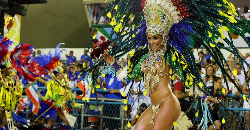 Passista samba na avenida. A Portela foi a segunda escola a desfilar neste domingo (19/2/12)