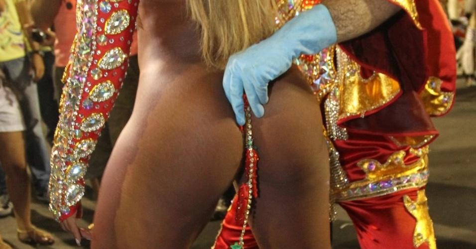 Ingrid Correia se prepara para entrar no desfile (20/2/12)