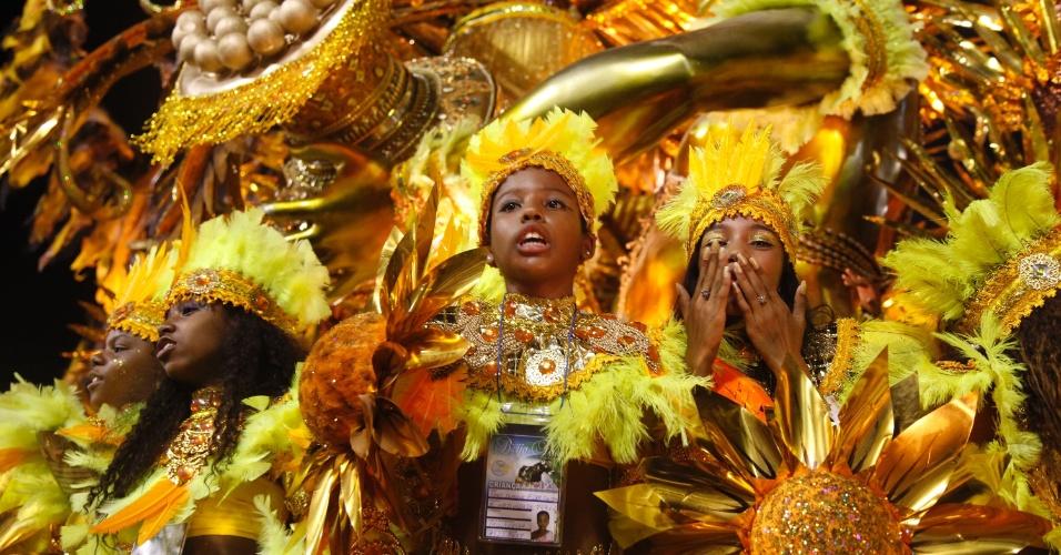 Passistas mirins desfilam pela Beija-Flor na Sapucaí (20/2/2012)