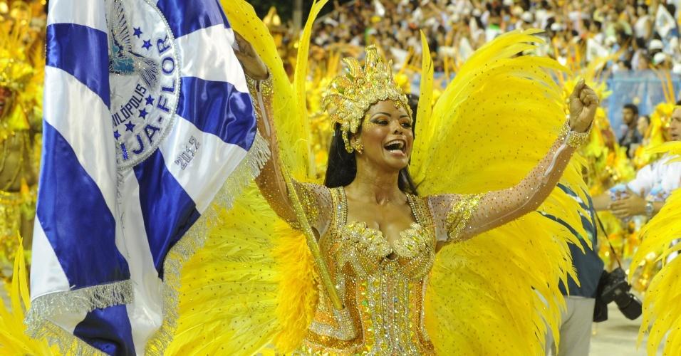 Porta-bandeira Selminha Sorrisoz acompanhada do mestre sala e o marido Claudinho desfilam pela Beija-Flor (20/2/2012)