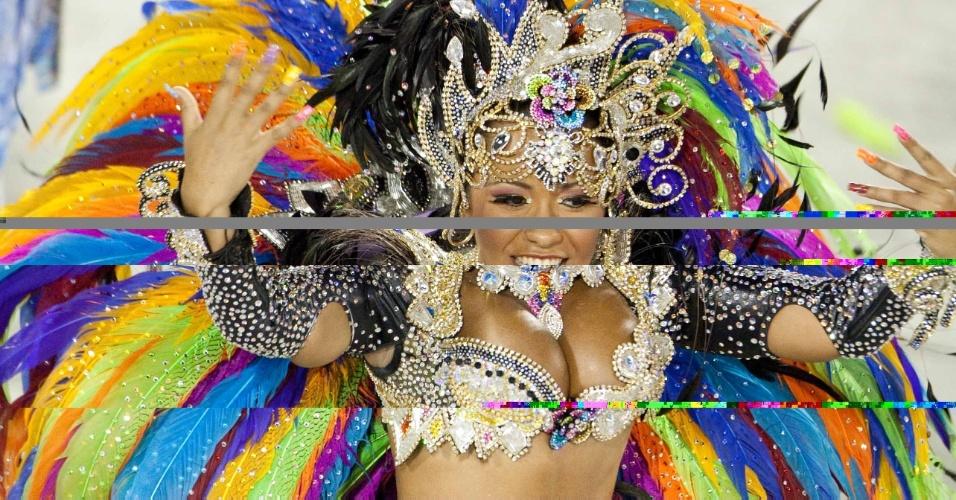 Rainha de bateria Raíssa, na Beija-Flor desde os 13 anos desfila em frente a bateria na Sapucaí (20/2/2012)