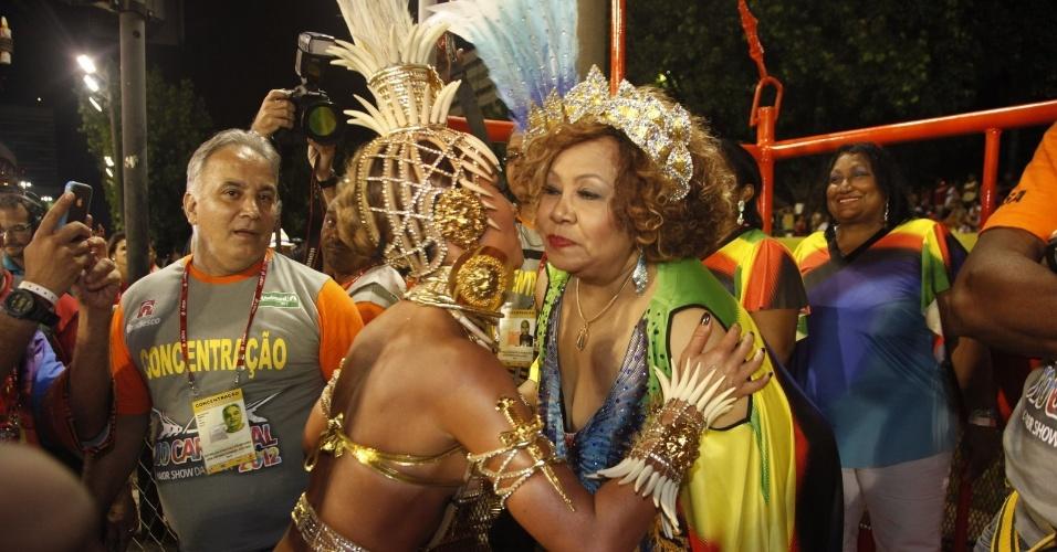 Sabrina Sato cumprimenta a cantora Alcione antes de desfilar pela Vila Isabel como rainha da bateria (20/2/2012)