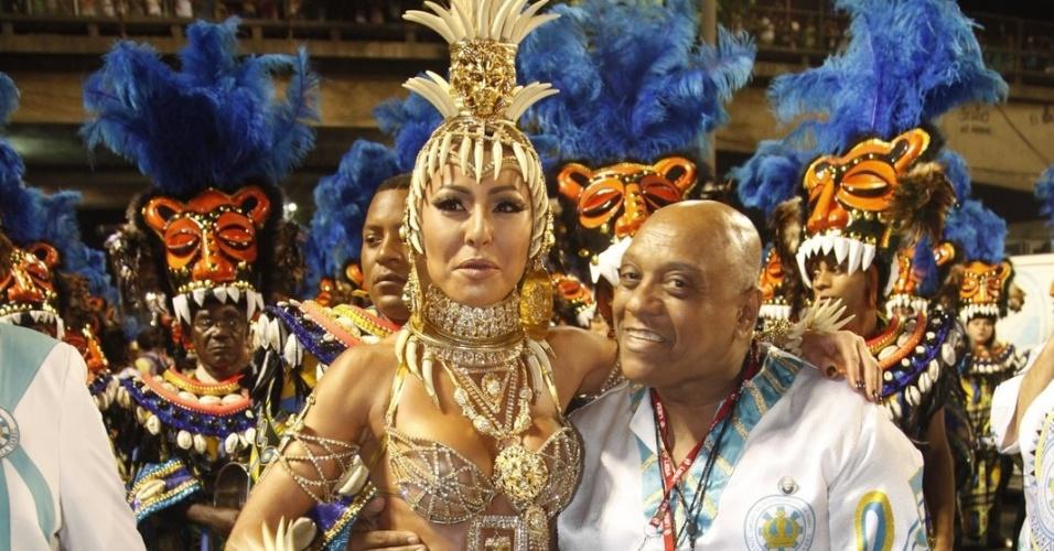 Sabrina Sato mostra fantasia pouco antes de desfilar pela Vila Isabel como rainha da bateria (20/2/2012)