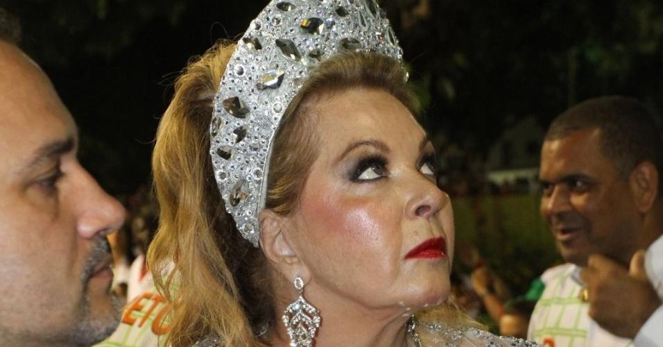 A atriz Vera Gimenez, mãe de Luciana Gimenez, aguarda início do desfile da Grande Rio (21/2/2012)