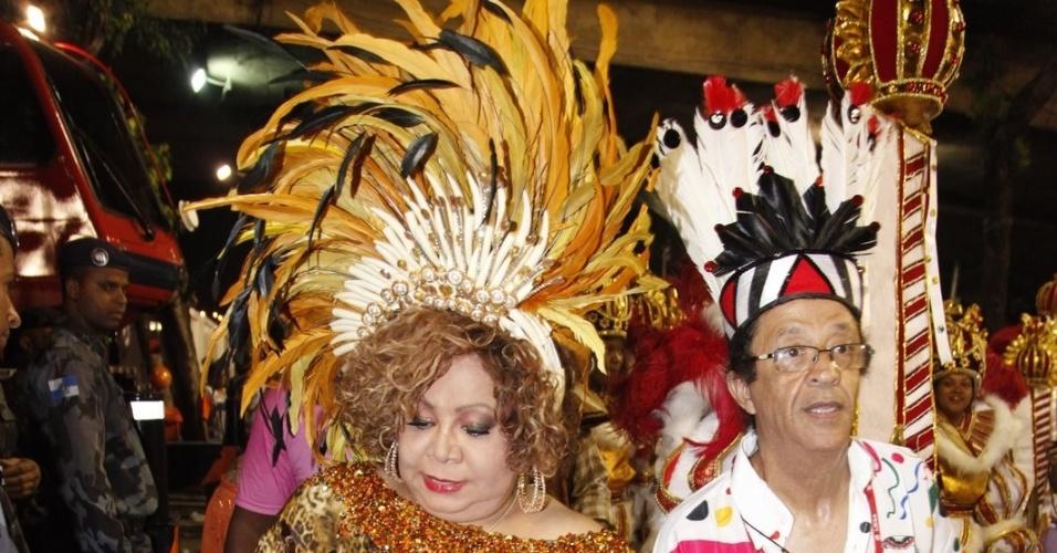 A cantora Alcione se prepara para desfilar pela Mangueira (21/2/2012)