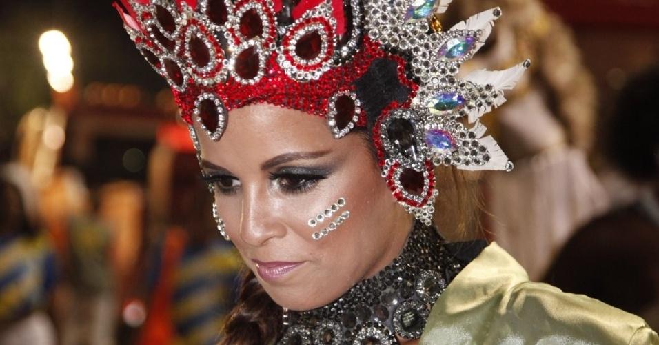 A rainha da bateria da Mangueira, Renata Santos, aguarda início do desfile (21/2/2012)