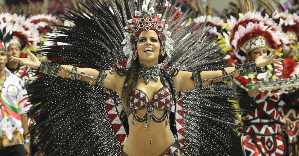A rainha da bateria da Mangueira, Renata Santos, desfila com a bateria