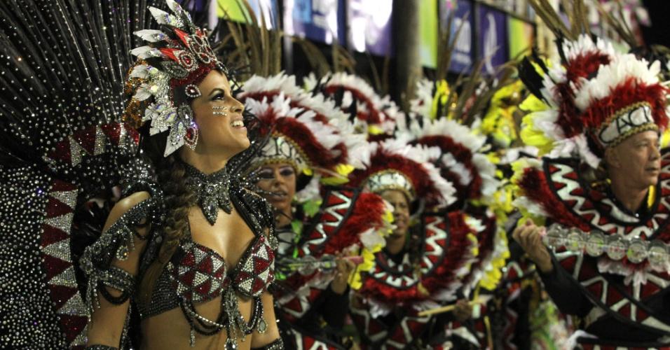 A rainha da bateria da Mangueira, Renata Santos, desfila com os ritmistas (21/2/2012)