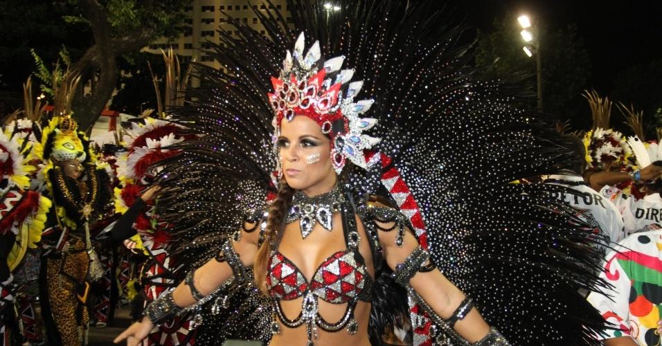 A rainha da bateria da Mangueira, Renata Santos, mostra sua fantasia (21/2/2012)