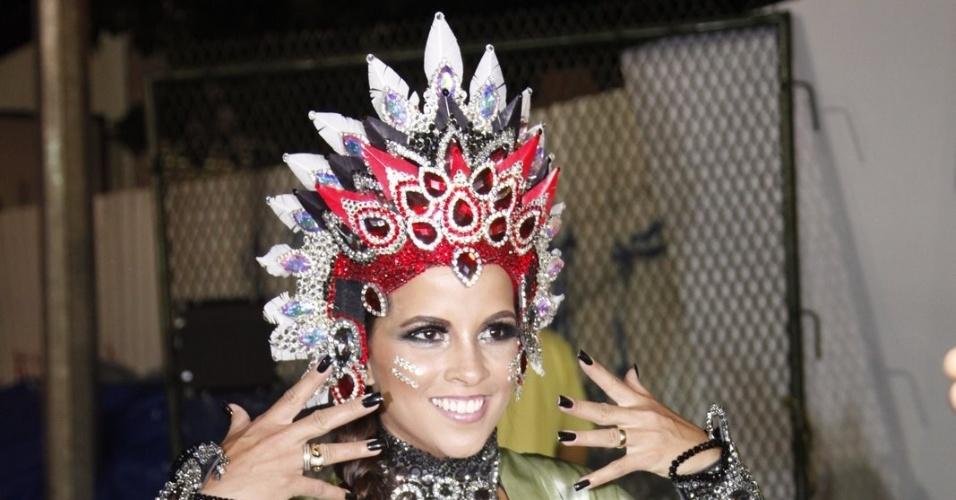 A rainha da bateria da Mangueira, Renata Santos, posa para foto antes do início do desfile (21/2/2012)