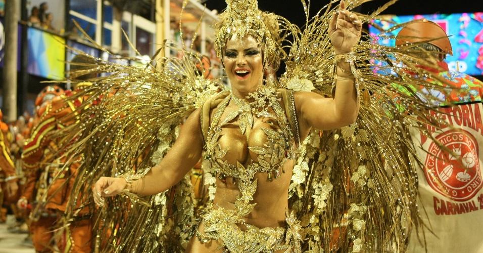 A rainha de bateria Viviane Araújo samba em desfile da Salgueiro na Sapucaí, no Rio (20/2/12)