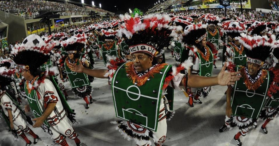Ala da Mangueira mostra passistas com roupa de futebol de botão em desfile sobre Cacique de Ramos (21/2/2012)