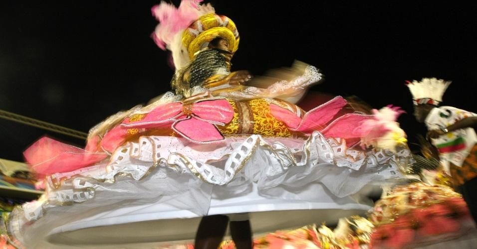 Ala das baianas apresenta homenagem ao bloco de Carnaval Cacique de Ramos (21/2/2012)
