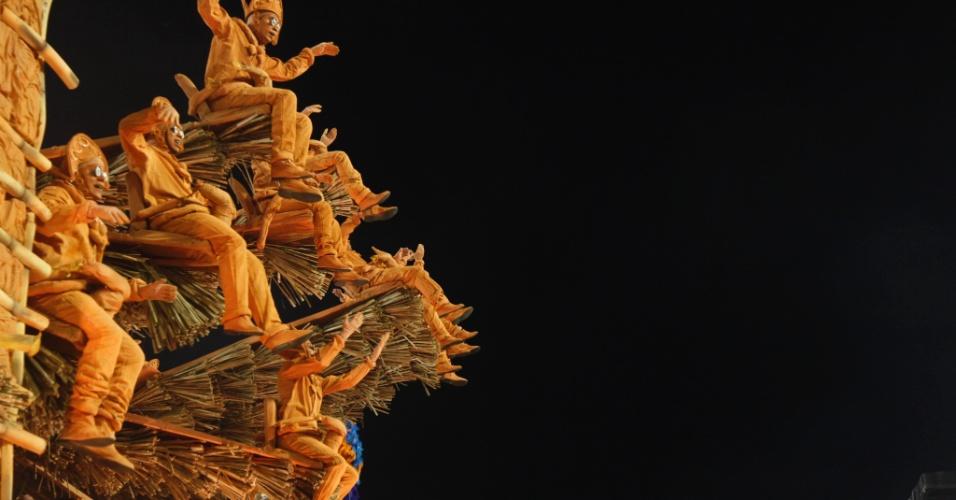 Ala homenageia esculturas do mestre Vitalino, o ceramista de Caruaru que fez história com sua habilidade em fazer personagens de barro representativos da realidade pernambucana, que também foi homenageado no segundo carro.