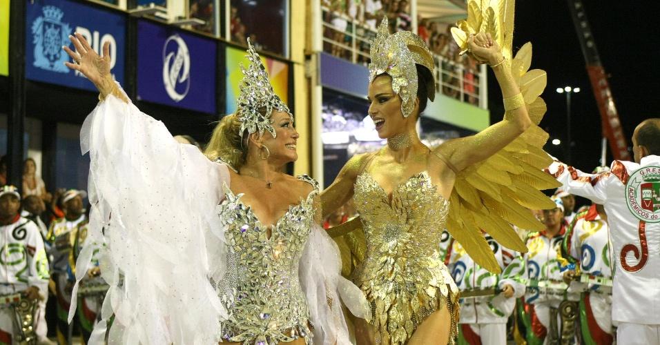 Após trocarem farpas, Susana Vieira e Ana Furtado posam juntas no desfile da Grande Rio (21/2/2012)