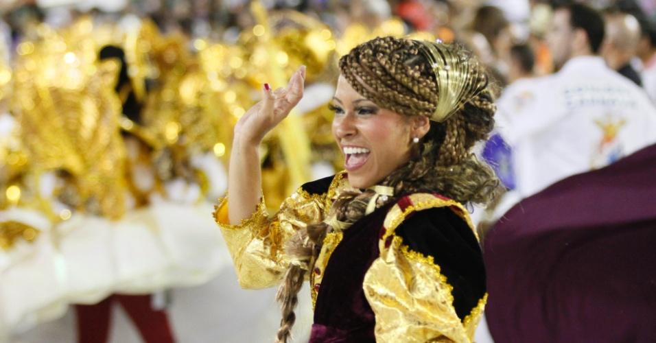 Atriz Cinara Leal ficou animada no desfile da União da Ilha (20/1/12)