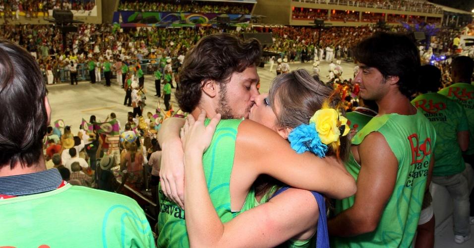 Atriz Letícia Spiller beija o marido, Lucas Loureiro, se beijam na Sapucaí, no Rio de Janeiro (20/2/12)