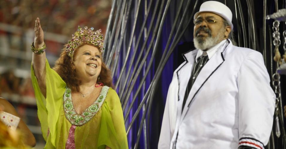 Beth Carvalho e Jorge Aragão cantam enredo da Mangueira em homenagem ao bloco Cacique de Ramos (21/2/2012)