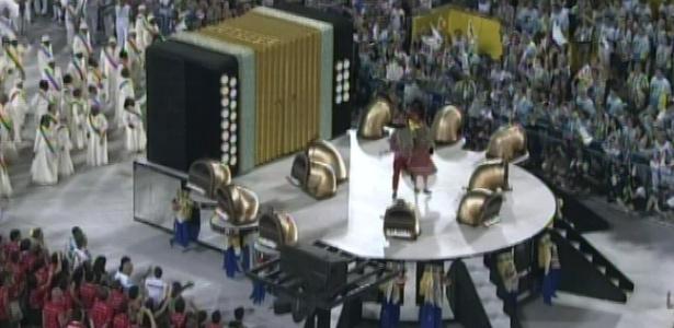 Carro abre alas da Unidos da Tijuca mostra sanfona, instrumento usado por Luiz Gonzaga em suas músicas (21/2/2012).
