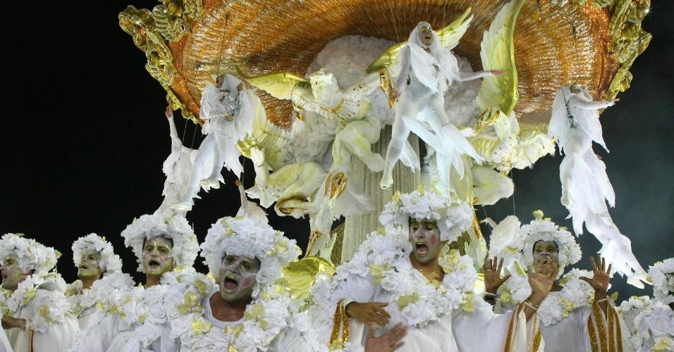 Carro alegórico da Grande Rio com anjos pendurados em estrutura que lembra chapéu mexicano (21/2/2012)