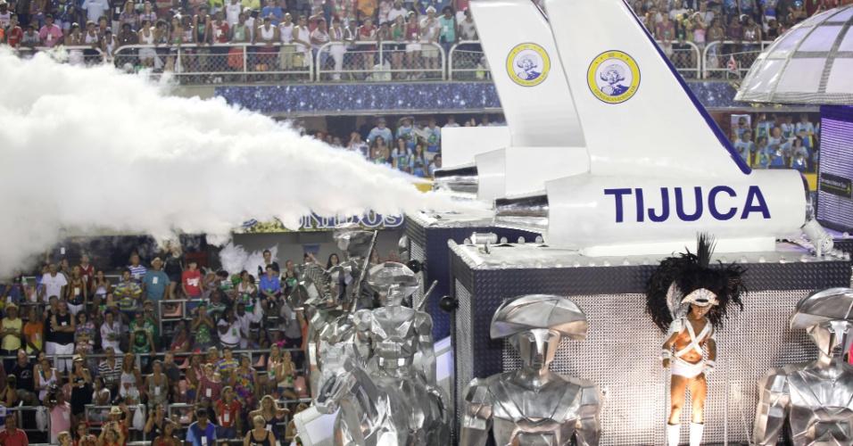 Carro da Tinuca mostra foguete com nome da escola, que desfila na segunda noite do Carnaval carioca na Sapucaí (21/2/2012)
