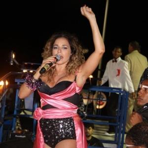 Com figurino preto e rosa, Daniela Mercury anima trio Crocodilo em Salvador (Foto: AgNews)