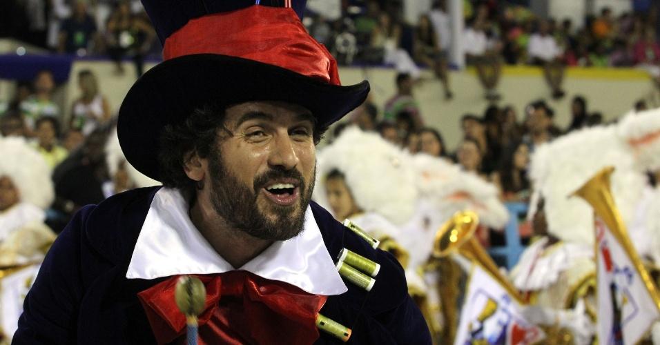 De chapeleiro maluco, Eriberto Leão dança na Sapucaí (20/2/12)