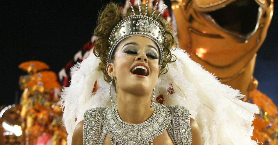 """Sophie Charlotte desfile pela Salgueiro na Sapucaí, no Rio. A atriz gravou um episódio de """"As Brasileiras"""" na avenida (20/2/12)"""