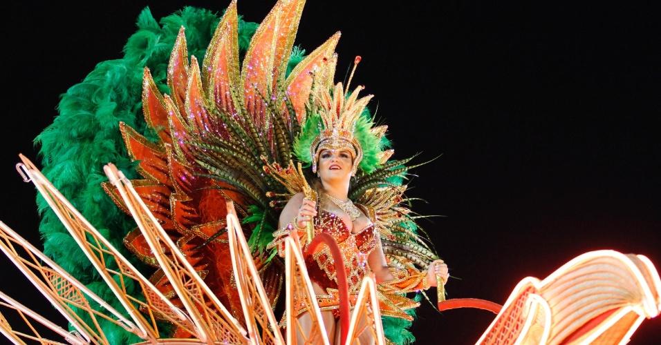 Danielle Louise, destaque de carro alegórico, desfila pela Salgueiro na Sapucaí, no Rio (20/2/12)