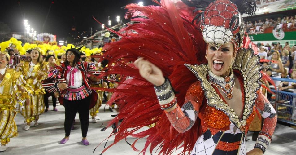 Destaque de chão da Salgueiro brinca em desfile na Sapucaí, no Rio (20/2/12)
