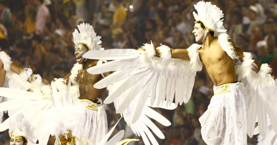 """Detalhe de carro alegórico da Grande Rio com anjos; samba-enredo se chama """"Eu Acredito em Você. E Você?"""" (21/2/2012)"""