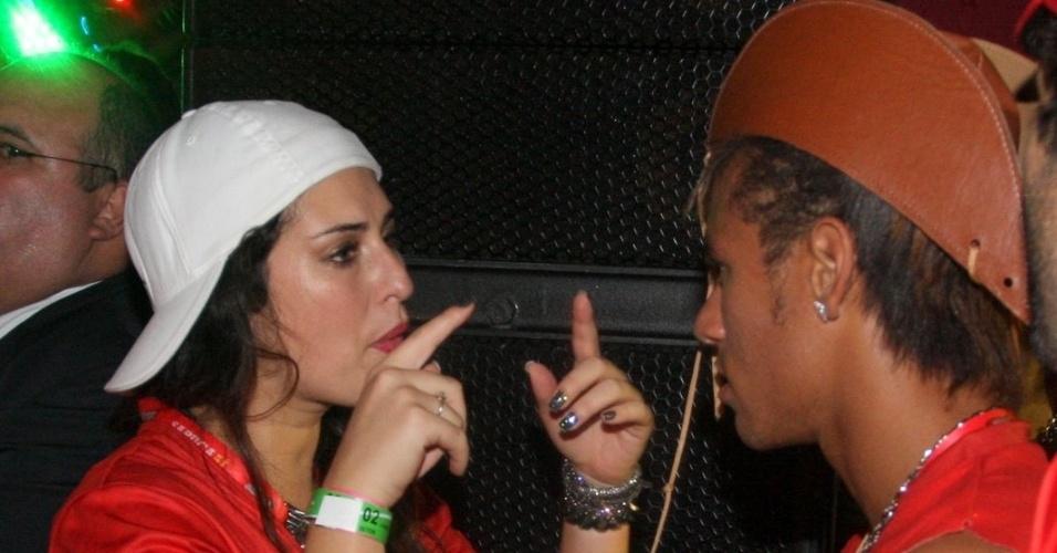 Fernanda Paes Leme troca de chapéu com Neymar e bate papo com o colega na Sapucaí, no Rio de Janeiro, na madrugada de segunda (21/2/12