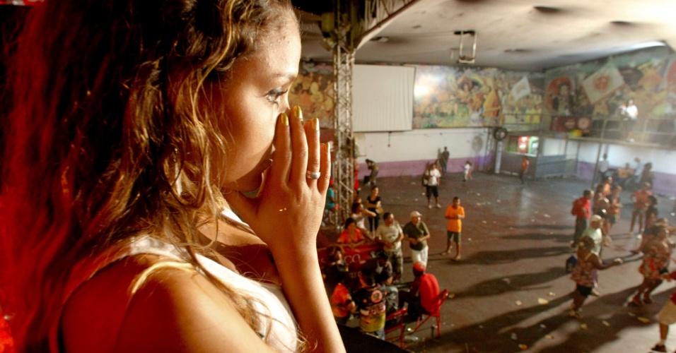 Integrantes da Mocidade Alegre começam a deixar a quadra da escola após festa ser cancelada. Resultado da apuração do Carnaval de São Paulo sairá na quarta (21/2/12)