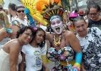 Foliões fantasiados pulam carnaval ao som da Banda de Ipanema - Evandro Matheus / UOL