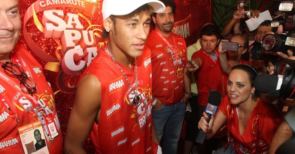 Jogador Neymar prestigia segunda noite de desfiles no Rio