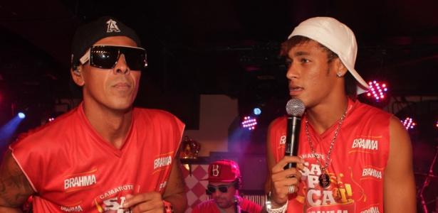 """Leandro Sapucahy e Neymar cantam """"Fugidinha"""" no camarote"""