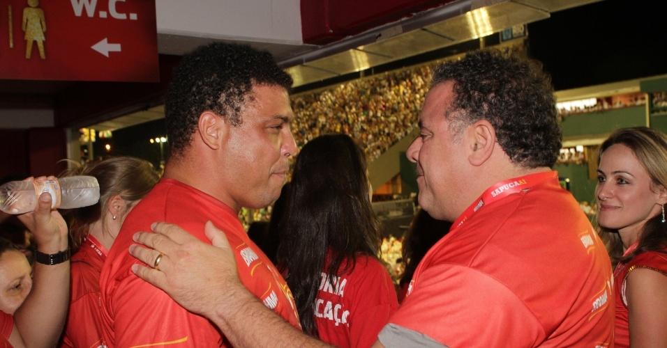 Leo Jaime abraça Ronaldo no camarote da Brahma na Sapucaí (20/2/12)