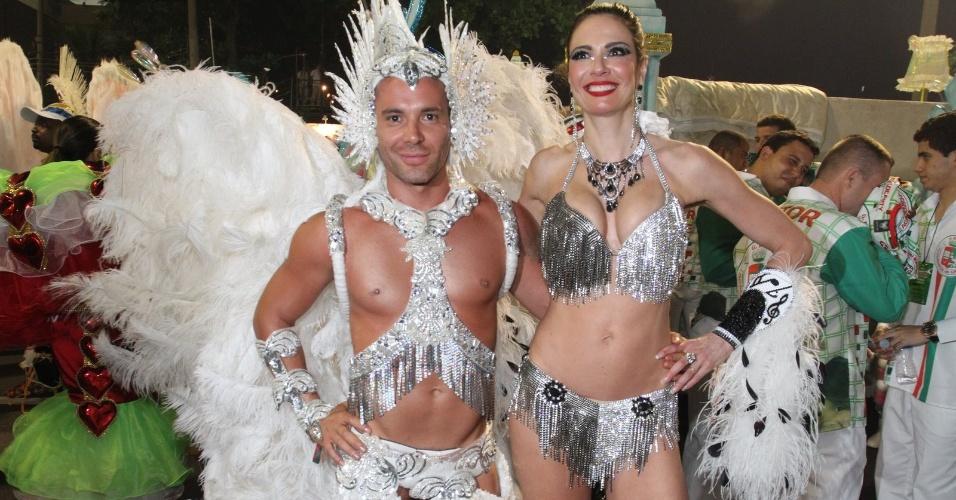 Luciana Gimenez e o stylist Matheus Massafera posam para fotos na concentração Grande Rio (21/2/2012)