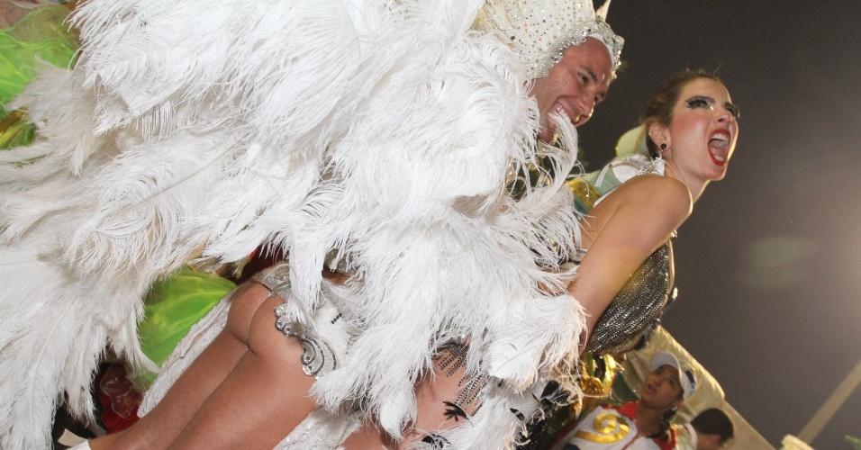 Luciana Gimenez e o stylist Matheus Massafera se divertem na concentração Grande Rio (21/2/2012)